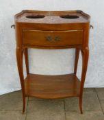 Elegantes Salonmöbel. Mit Schublade. Wohl um 1870. H. ca. 75x49x60 cm. Elegant piece of furniture.