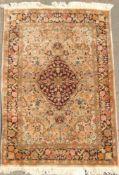 Schöner Vintage Teppich mit floralen Ornamenten und Seide. Belaufen. Maße ca. 106x160cm.Beautiful