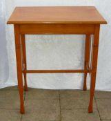 Jugendstiltisch mit zeittypischen Verstrebungen. H. ca. 76 cm. 66x44 cm.Art nouveau table with