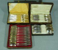 Konvolut Besteckteile. Gabeln u. Löffel. Alt o. antik. 15 Teile versilbert und 12 Teile Silber.