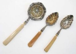 Ein Paar Löffel / ein Zuckerstreulöffel 19. Jh. Silber, Griffe aus Bein. Laffen in Blattform bzw.