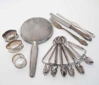 Handspiegel, drei Serviettenringe, Messer, Gabel, Hummergabel Silber. Verschiedene Formen, Dekore