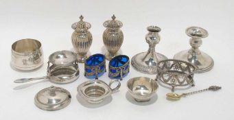 Zwölf Teile Silber: Kerzenleuchter, Gewürzstreuer und -schälchen, Teesiebe u.a. Silber, zwei