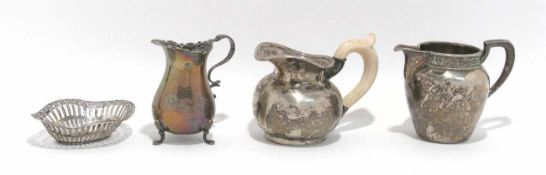 Drei Sahnekännchen, ein kleines Schälchen Silber. Verschiedene Formen, Dekore und Marken. Ein