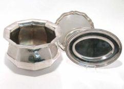 Cachepot / zwei Platten Versilbert. Zehnseitig und martelliert bzw. oval mit profiliertem Rand