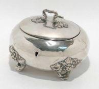 Zuckerdose 2. Hälfte 19. Jh. Silber, innen vergoldet. Ovale, bauchige Dose. Die vier Füße sowie