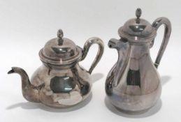 Kaffee- und Teekanne Italien. Silber. Glatte Birnform mit Schnabel- bzw. Röhrenausguss.
