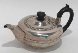 Teekanne Chester, 1904/05, wohl William Neale. Silber. Gedrückte Kugelform mit Schnabelausguss und