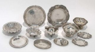 Zwölf Teile Kleinsilber: Schälchen, Untersetzer u.a. Silber. Verschiedene Formen, Dekore und Marken.