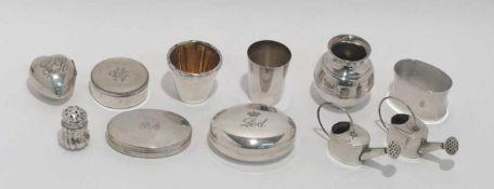 Zehn Teile Kleinsilber: Becher, Dosen, Salzstreuer u.a. Silber. Verschiedene Formen, Dekore und