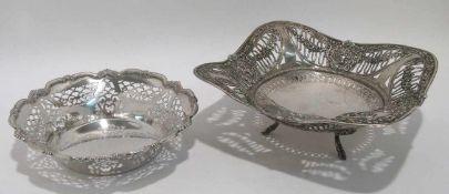 Zwei Schalen Deutsch. Silber. Durchbrochene Wandungen. Eine Schale mit reliefierten Rosengirlanden