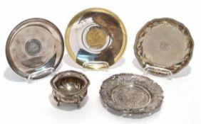 Gewürzschälchen / zwei Münzschälchen / zwei Untersetzer Silber, ein Untersetzer versilbert.