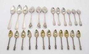 18 Mokkalöffel und sechs Teelöffel Silber bzw. versilbert. Gedrehte Kordelgriffe, Augsburger Faden