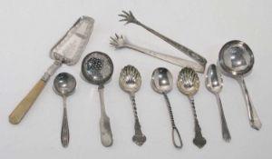 Tortenheber, zwei Zuckerstreulöffel, Gebäckzange und fünf Löffel 19. und 20. Jh. Silber.