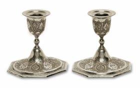 Ein Paar Kerzenleuchter Vorderer Orient Silber, Marken. Vasentüllen auf gewölbtem Rundfuß mit