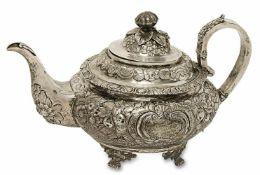 Teekanne Dublin, um 1827 Silber. Gedrückt bauchige Form auf vier floralen Gussfüßen. Ziselierter und