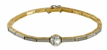 Armband Um 1910 14 K GG und Platin. Stäbchenförmiges Band, seitlich rankengraviert. Mittig besetzt