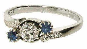 Ring Platin, Marke (PLAT). Der geschwungene Ringkopf besetzt mit einem Altschliffdiamant, ca. 0,22