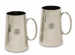 Ein Paar Henkelbecher Deutsch Silber, innen vergoldet. Konisch. Graviertes verschlungenes Monogramm.