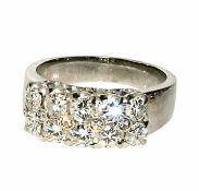 Diamantring 18 K WG, Marke (750). Breite Schiene, auf der Oberseite besetzt mit zehn Brillanten