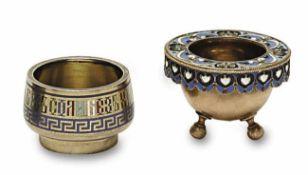 Zwei Gewürzschälchen Russland, Ende 19. Jh. bzw. 1908 - 1917 Silber, vergoldet. Champlevé- bzw.