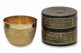 Faustbecher 19. Jh. Silber (?), vergoldet. Wandung mit feinen Zickzack-Bändern. Lederbezogenes