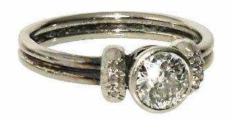 Solitärring 14 K WG, Marke (585). Besetzt mit einem Altschliffdiamanten, ca. 0,5 ct., unterer