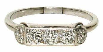 Ring 14 K WG. Besetzt mit drei Altschliffdiamanten, mittlerer Qualitätsbereich, sowie sechs
