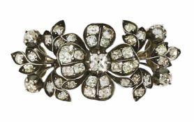 Brosche Um 1880 Silber, goldverbödet. In Blüten- und Rankenform gearbeitet, besetzt mit 42 Diamanten
