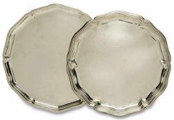 Zwei Platten Silber. Rosenblattrand, bei einer Platte profiliert. Marken (835 Wilkens bzw. 925).