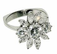 Ring 18 K WG, Marken (750, Juweliermarke). Glatte eckige Ringschiene, zur Schulter hin dünner