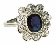 Ring Um 1920 Platin 950, Marken (PT 0,950). Der hochrechteckige Ringkopf besetzt mit einem Saphir in