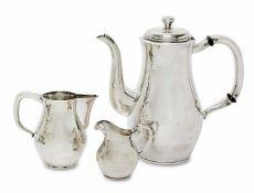 Kaffeekanne und zwei Sahnekännchen Art Deco Silber. Martellierte, voneinander abweichende