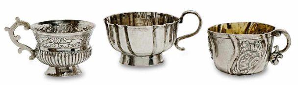 Drei Wodkatassen 18./19. Jh. Eine Tasse Silber, zwei Tassen versilbert, tlw. vergoldet. Verschiedene