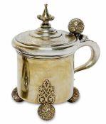 Deckelhumpen Finnland (wohl Loviisa) Silber, vergoldet. Zylindrischer Korpus auf drei floral