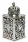 Teedose London, 1891/92, William Comyns & Son Ltd. Silber. Vierseitig mit reliefierten