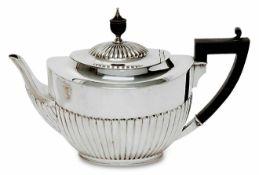Teekanne London, 1899/1900, William Hutton & Sons Silber. Leicht konische Kanne mit ovalem