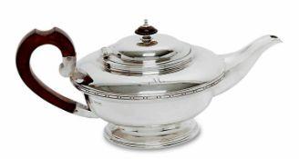 Teekanne Sheffield, 1933/34, R. & W. Sorley Silber. Rund, auf eingezogenem profilierten Fuß, die