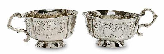 Zwei Wodkatassen Moskau, letztes Viertel 18. Jh. Silber. Vierpassform auf konischem, ovalem