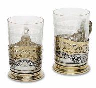 Sechs TeeglashalterMoskau, nach 1958Silber, tlw. vergoldet, Glas. Über ausgestelltem Stand floral