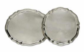 Rundes und ovales TablettDeutsch (wohl Wilkens)Silber. Profilierter geschweifter Rand bzw.