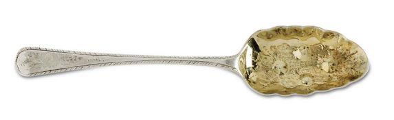 LöffelLondon, 1824/25Silber, Laffe innen vergoldet. Kordelartiger Rand, gravierter floraler Dekor,