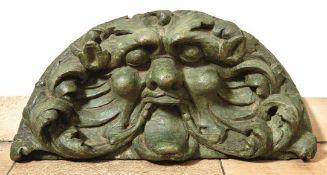Rundbogenförmige Kartusche mit Maskaron Süddeutschland, 17. Jh. Plastischer, in eingerolltes