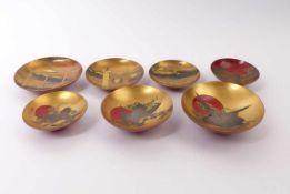 Sieben kleine Rotlackschalen Japan, Meiji-Periode Unterschiedlich groß, gemuldete Schale über
