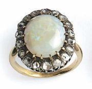 Opal-Diamant-Ring Um 1900 Glatte Schiene, ovale, gehöhte Schauseite besetzt mit einem Opalcabochon
