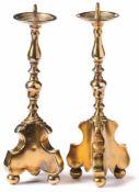 Paar Miniatur-Altarleuchter Augsburg, um 1720 Auf dreipassigem Volutensockel mit Kugelfüßen