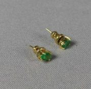 Paar Smaragd-Ohrstecker E. 20. Jh. Ovale Brisur besetzt mit je einem Smaragd von zus. ca. 0,60 ct.