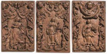 Drei Wandpaneele od. Türfüllungen 17. Jh. Hochrechteckige Segmente mit reliefierter Darstellung