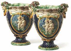 Paar Prunkvasen Wien, 19. Jh. Über rundem Fuß die ovoide Kuppa mit zwei großen Faunskopfhandhaben;