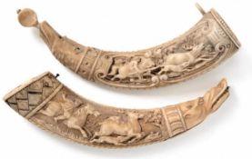 Zwei Pulverhörner Tirol, 19. Jh. Allseitig beschnitzt mit Jagdszene und rückseitiger